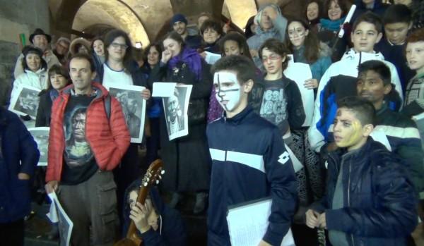 Leonard Peltier libero flash mob a Milano